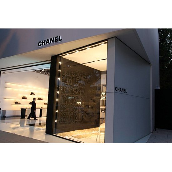 chanel painted by retna Retna <!  Installations  >